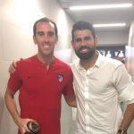 Diego Godín le da la bienvenida a Diego Costa